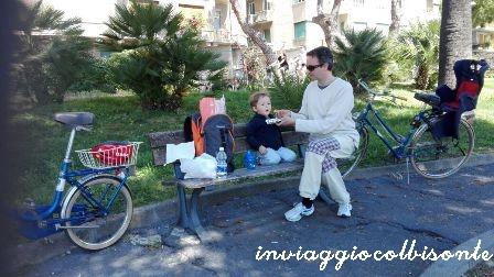 """Pranzo con papà """"comodamente"""" appollaiato sulla parte rotta (ma pulita) della panchina"""