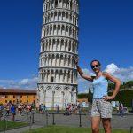 Foto stupide sotto la torre pendente