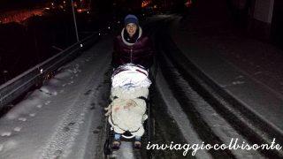Strada ghiacciata di notte