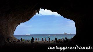 Golfo di Orosei con i bambini: all'ombra all'interno della grotta