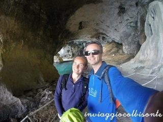 Golfo di Orosei con i bambini: sorrisi finti (chissà poi perché!) all'ingresso della Grotta del Bue Marino