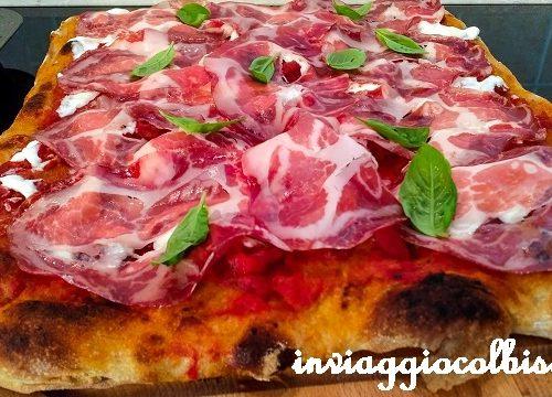 La pizza in teglia alla romana nel forno di casa